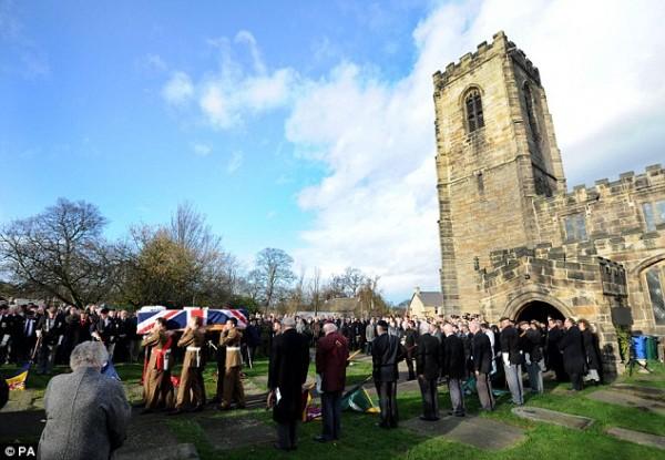 Funeral do soldado inglês foi um dos que tiveram as taxas desviadas pelo pastor