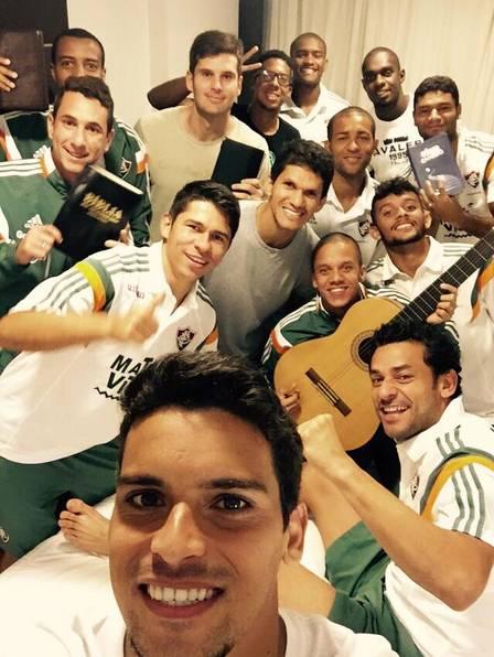 Magno Alves ao centro, reunido com jogadores do Fluminense para um culto durante a concentração do time