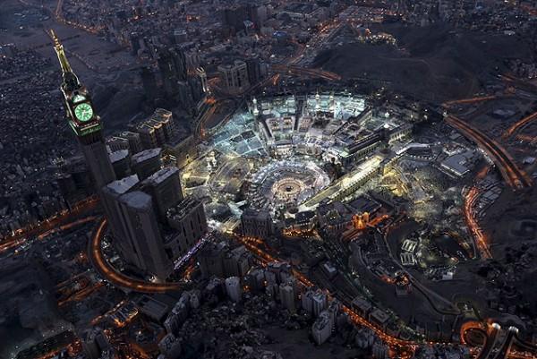 Vista aérea da grande mesquita, no centro de Meca, à noite