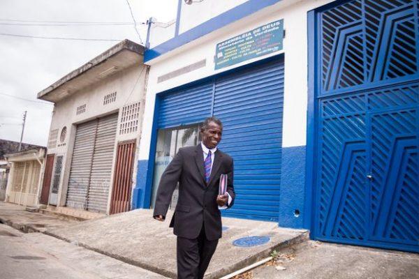 Pastor em frente ao templo montado por ele