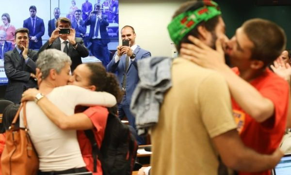 Feliciano observa beijaço gay durante manifestação