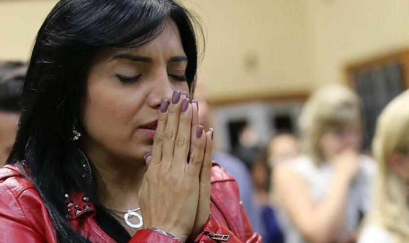 Resultado de imagem para Correntes de oração: Coisa séria ou um desrespeito?