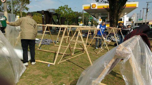 Barracas sendo montadas pelos voluntários