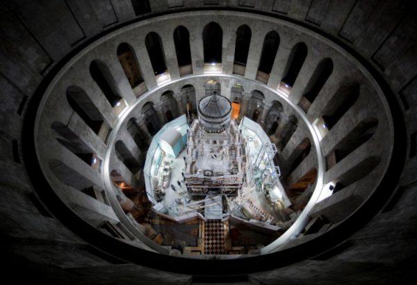 """Vista """"aérea"""" a partir do domo da Igreja do Santo Sepulcro sobre a área dos trabalhos de restauro"""
