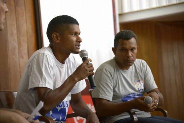 Márcio Araújo conversa com os colegas durante uma das reuniões