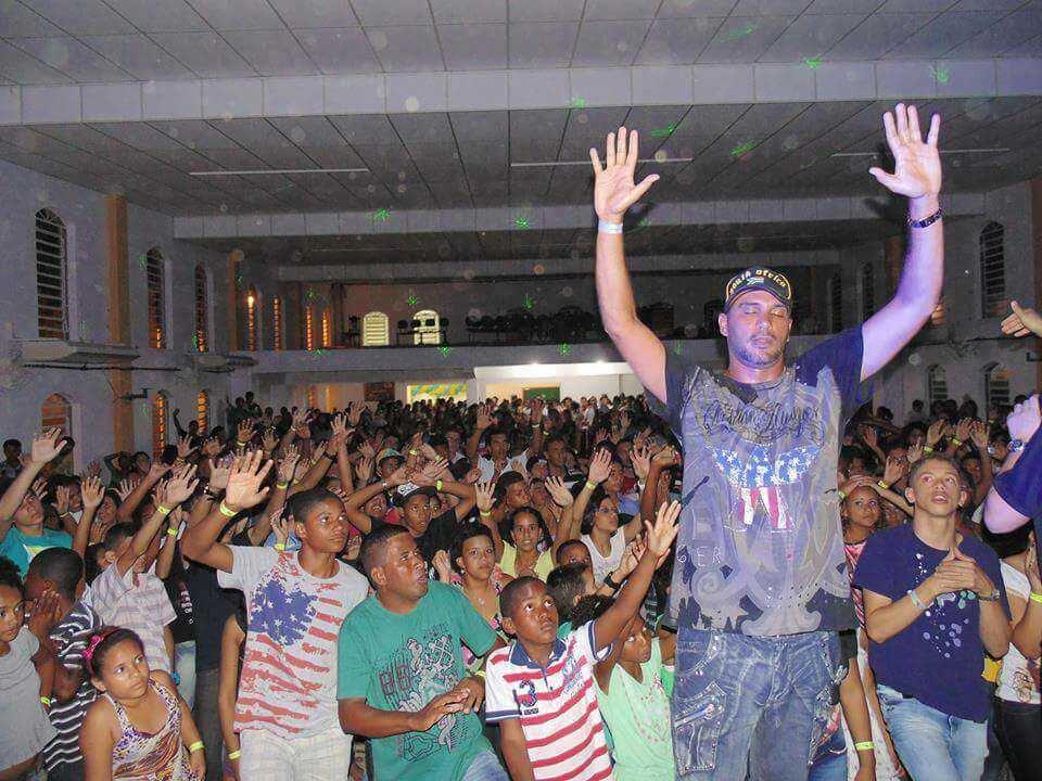 Resultado de imagem para Famoso com o funk 'Atoladinha', MC Bola de Fogo se converteu e se dedica a recuperar viciados