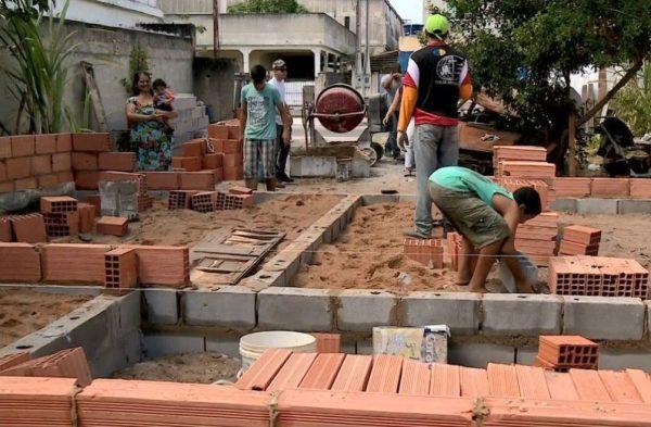 Jovens de igreja se unem para reconstruir casa que pegou fogo em Linhares (ES)