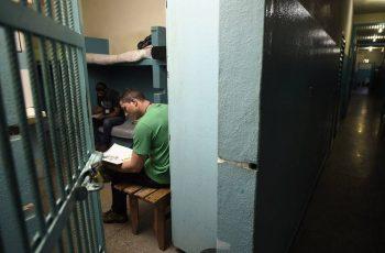 Deputados aprovam projeto de leitura da Bíblia para redução de pena nos presídios