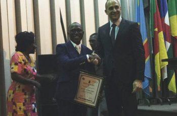 """Igreja Universal recebe condecoração de """"Embaixador Humanitário Mundial"""", no Congo"""