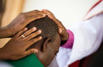 Líder muçulmano se converte a Jesus após tentar matar o irmão cristão por três vezes