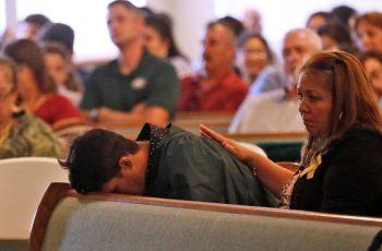 Familiares de vítimas de atentado em escola do Texas buscam refúgio na fé para superar perdas