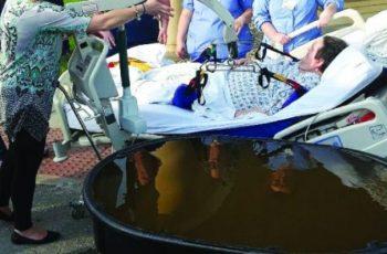 Hospital mobiliza equipe para propiciar batismo nas águas a idoso em estado terminal; Assista
