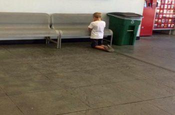 Foto de criança orando ajoelhada em supermercado viraliza nas redes sociais