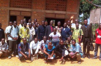 Missionários percorrem 50km de bicicleta para evangelizar em aldeias, no Congo