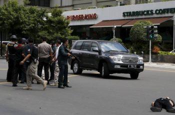 Adolescente se joga na frente de carro-bomba para impedir ataque contra igreja cristã, na Indonésia