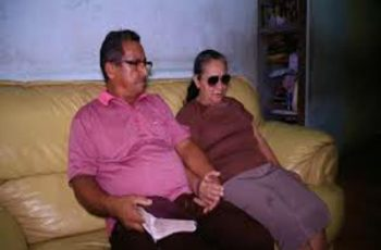 Com deficiência visual, mulher estuda a Bíblia em áudio para evangelizar os vizinhos