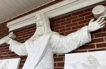"""Igreja Batista decide remover escultura de templo porque fiéis a consideraram """"muito católica"""""""