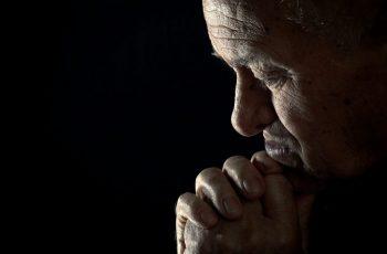 Pessoas de fé vivem mais que ateus, aponta pesquisa de universidade de psicologia