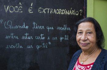 """Idosa é alfabetizada aos 71 anos e comemora leitura da Bíblia: """"Entendo os versículos e isso é maravilhoso"""""""