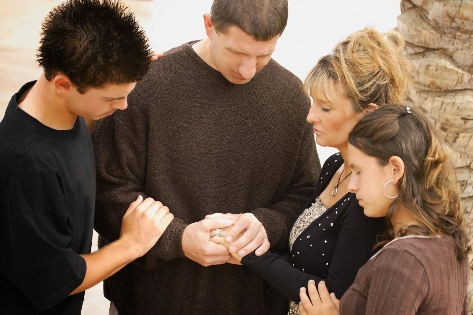 Resultado de imagem para pessoa orando por outra