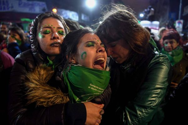Pró-vida: Senado da Argentina recusa legalização do aborto Manifestantes-pro-aborto-argentina-600x400