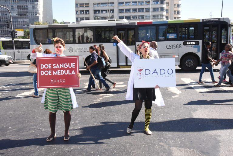 Disfarçada, esposa de Bolsonaro fez ação social nos semáforos do Rio de Janeiro