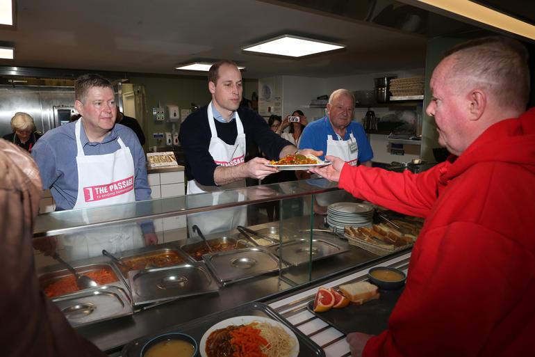 Resultado de imagem para fotos Príncipe William segue os passos da mãe ao servir comida para pessoas sem-abrigo