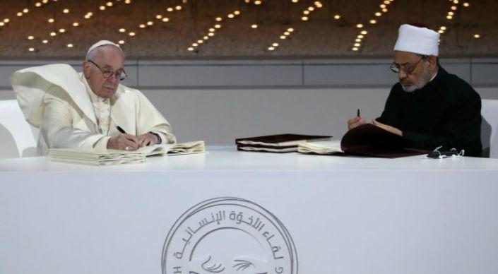 Pacto com líder islâmico evidencia que o papa trabalha por uma religião única. Pacto-papa-francisco-ima-Ahmed-el-Tayeb-crislamismo-pacto-religiao-mundial-1