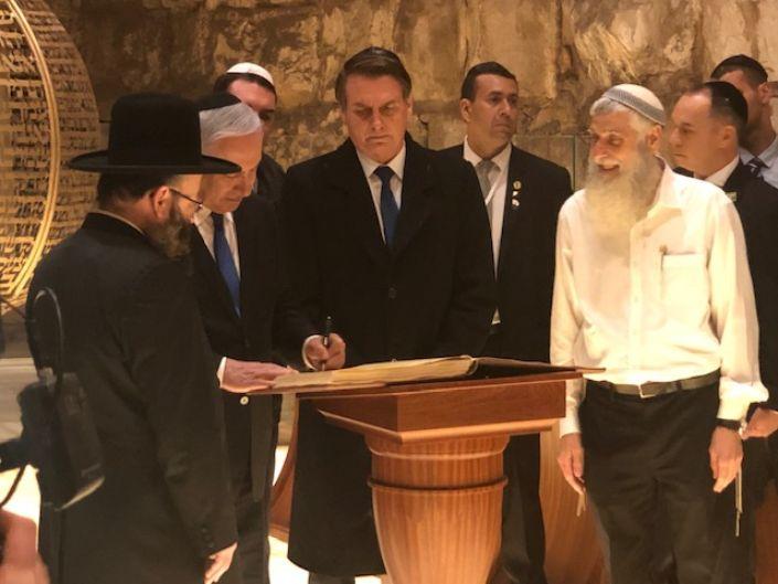 Bolsonaro assina apoio à construção do Terceiro Templo em