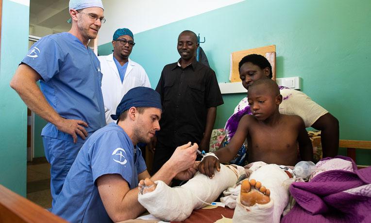 """Em missão na África, médicos são vistos como """"anjos enviados por Deus"""""""