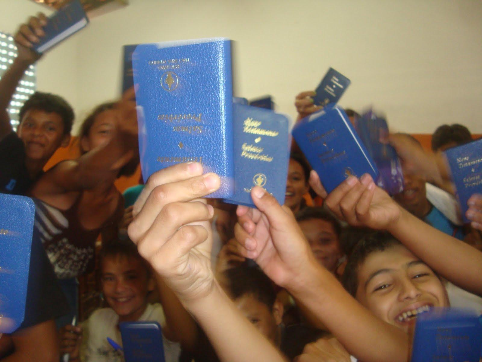 """Cristãos distribuem bíblias em local com a """"autorização de Deus"""""""