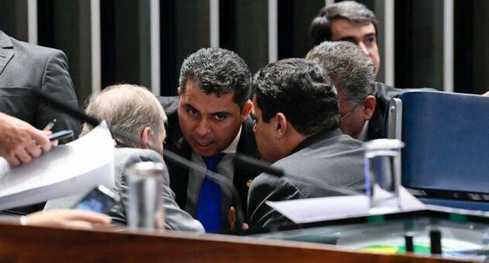 Parlamentares estudam derrubar criminalização da homofobia