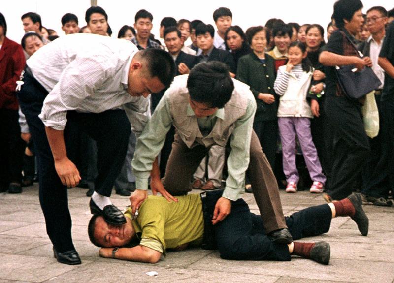 Resultado de imagem para Agentes comunistas interrompem culto e levam o pastor e fiéis presos, na China