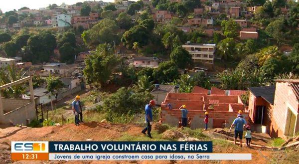 Nas férias, jovens evangélicos constróem casa para viúva que vive em barraco