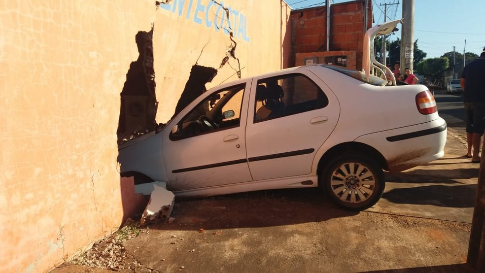 Motorista perde controle e carro invade igreja pouco antes do início do culto