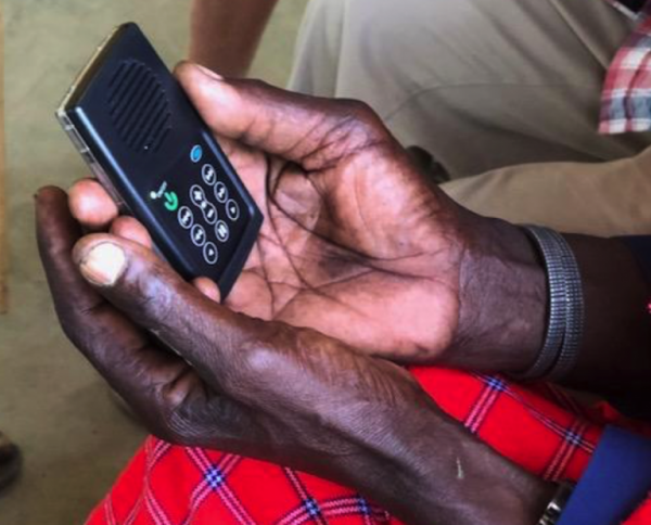Kenya Hope doa Bíblia em áudio para aldeões no Quênia