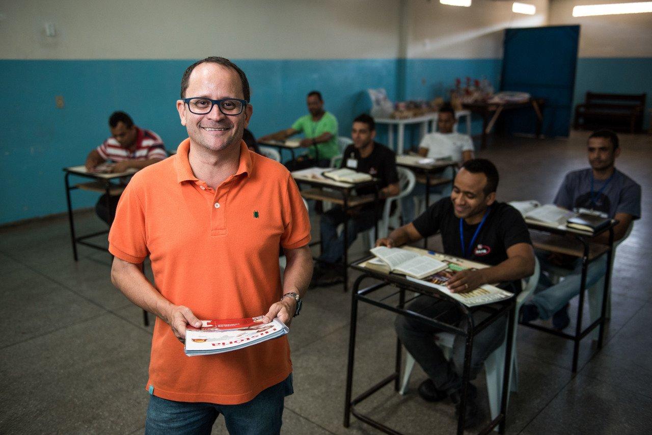 """Resultado de imagem para Professor usa a Bíblia para dar aulas de História e ganha o """"Prêmio Educador Nota 10"""""""
