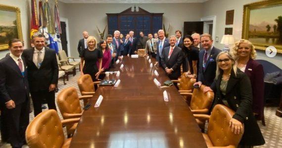 Trump recebe oração com imposição de mãos em visita de pastores à Casa Branca
