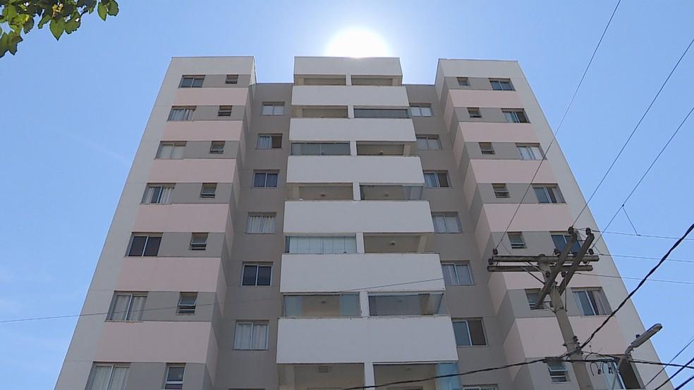 """Menina despenca nove andares e sobrevive; Médicos não sabem explicar: """"Milagre de Deus"""""""