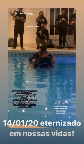 Atacante Roberto Firmino é batizado nas águas em Liverpool