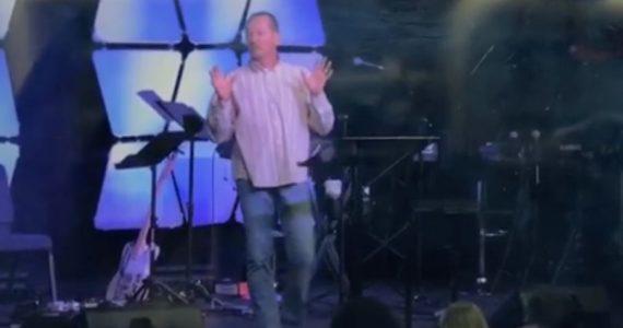 Vídeo: pastor expulsa mãe e criança de culto por se incomodar com barulho