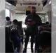 Militar prega para colegas em ônibus e vários se convertem no local