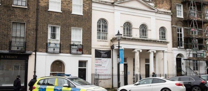 Polícia interrompe culto de batismo alegando prevenção contra segunda onda da Covid