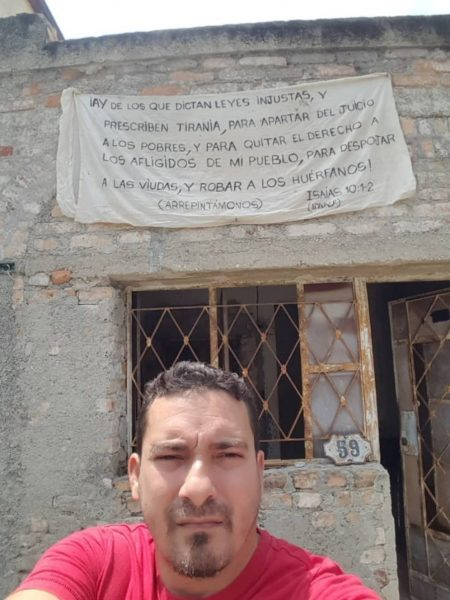 Versículos de Isaías em faixa leva cristão a ser detido e ameaçado por autoridades cubanas